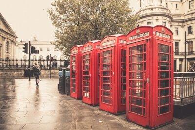 Papiers peints Vintage style cabines téléphoniques rouges sur la rue des pluies à Londres