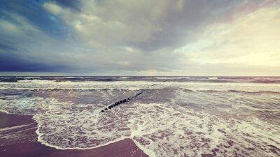 Papiers peints Vintage toned ciel orageux sur la mer brute.