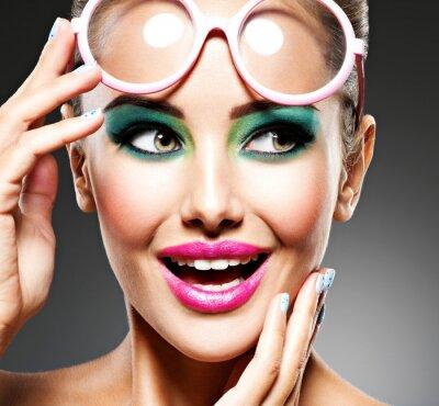 Papiers peints Visage d'une belle fille expressive maquillée à la mode