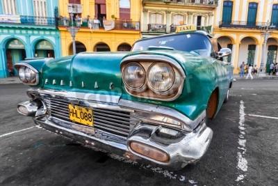 Papiers peints Voiture ancienne dans un quartier coloré à La Havane