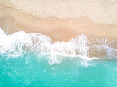 Papiers peints Vue aérienne de la plage de sable et de l'océan avec des vagues