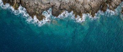 Papiers peints Vue aérienne des vagues de la mer et fantastique côte rocheuse, Monténégro
