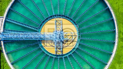 Papiers peints Vue aérienne du haut Installation de traitement des eaux, Vue aérienne du dessus d'un décanteur à recirculation par contact solide avec décanteur.