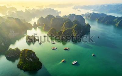 Papiers peints Vue aérienne, village de pêcheurs flottant et île rocheuse, baie d'Halong, Vietnam, Asie du sud-est. Patrimoine mondial de l'UNESCO. Croisière en bateau-mouche dans la baie d'Ha Long Monum