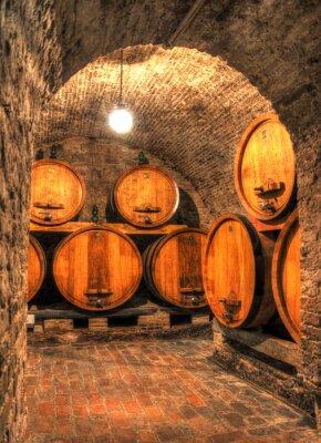 Papiers peints Vue dans une ancienne cave à vin avec de grands fûts à travers une arche