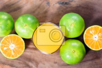 Vue de dessus du fruit orange mandarine verte et jus sur fond en bois, nourriture saine
