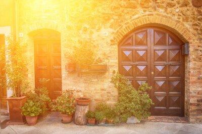 Papiers peints Vue de la vieille ville européenne ancienne. Rue de Pienza, Italie avec des portes en bois. Ensoleillé, voyage, fond
