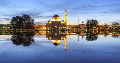 Papiers peints Vue et réflexion de l'heure bleue de la Mosquée d'Assalam. L'image a du grain ou floue ou le bruit et la mise au point molle quand vue à pleine résolution. (DOF peu profond, léger flou de mouvement)