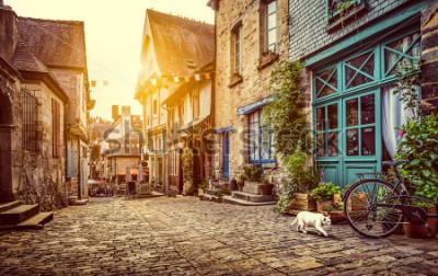 Papiers peints Vue panoramique de la vieille ville d'Europe en lumière du soir au coucher du soleil avec filtre grunge aux tons pastel rétro style vintage et objectif effet de lumière du soleil flare en été