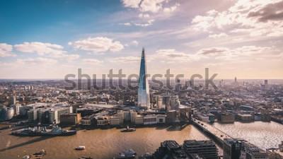 Papiers peints Vue panoramique imprenable sur la Tamise, le Shard, les toits de Londres et le paysage urbain depuis le gratte-ciel. Photo aérienne de la grande ville.