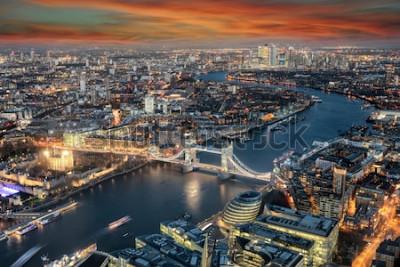 Papiers peints Vue panoramique sur les toits de Londres: du Tower Bridge le long de la Tamise au district de Canary Wharf au coucher du soleil