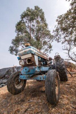 Papiers peints Vue rapprochée d'un tracteur abandonné sur la campagne.