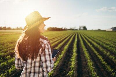 Papiers peints woman farmer walking outdoor