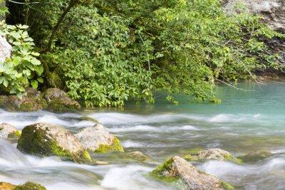 Papiers peints Река находится в горах Абхазии и впадает в голубое озеро.