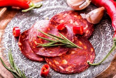 Papiers peints Chorizo à la saucisse. Chorizo traditionnel espagnol, avec des herbes fraîches, de l'ail, du poivre et des piments. Cuisine traditionnelle.