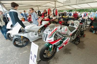 Goodwood, au Royaume-Uni - 1 Juillet, 2012: Honda et Ducati motos de course classiques dans les stands de service au Festival of Speed événement de sport automobile tenue à Goodwood, au Royaume-Uni