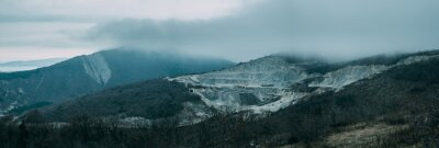 Papiers peints Nuages pluvieux au-dessus de la crête de montagne