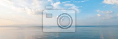 Papiers peints Paysage marin magnifique, plage de sable fin, nuages reflétés dans l'eau, fond et texture naturels minimalistes, bannière avec vue panoramique