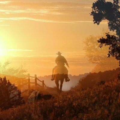 Papiers peints Sunset Cowboy. Un cowboy monte vers le soleil couchant dans les couches transparentes de nuages oranges et jaunes, une clôture et des arbres.