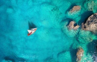 Papiers peints Yacht sur la mer de la vue de dessus. Fond d'eau turquoise de la vue de dessus. Paysage marin d'été de l'air. Concept et idée de voyage
