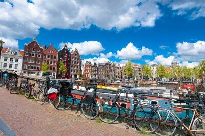 Posters Amsterdam, Pays-Bas-Avril 27: paysage urbain traditionnel d'Amsterdam avec des maisons medival, vélos sur le pont sur Avril 27,2015. Amsterdam est la ville la plus peuplée du Royaume des Pays-Bas.