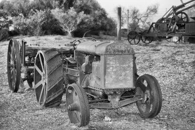 Posters Ancien rouillé détail antique tracteur en noir et blanc