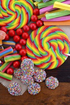 Posters Assortiment de bonbons avec sac en papier brun.