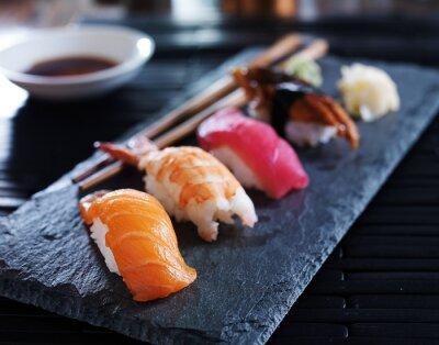 Posters assortiment de sushi nigiri sur ardoise