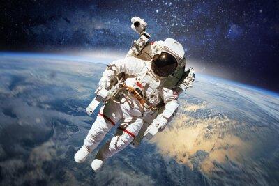 Posters Astronaute dans l'espace avec la planète terre comme toile de fond. Elements