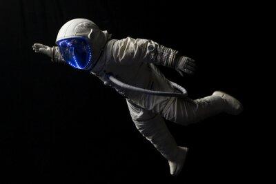 Posters astronaute en mission dans l'espace dans l'obscurité et dans l'espace