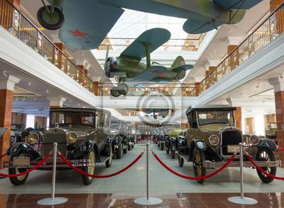 automobile d'époque et des avions à Ekaterinbourg