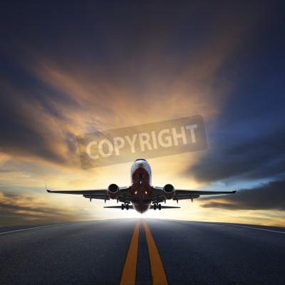 Posters avion de décoller de pistes contre beau ciel sombre avec l'utilisation de l'espace copie pour le transport aérien, le voyage et les voyages d'affaires de l'industrie