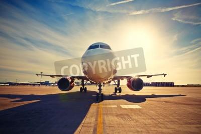 Posters Avion roule à décoller au lever du soleil