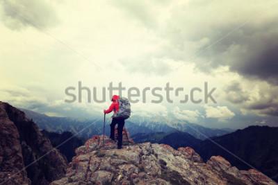 Posters backpacker femme réussie profiteres de la vue sur le sommet de la montagne