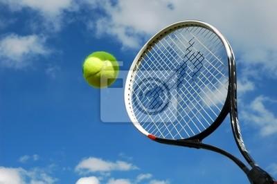 balle de tennis et raquette en action