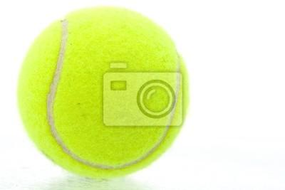Balle de tennis jaune sur fond blanc