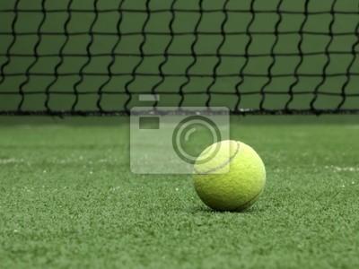 Balle de tennis sur gazon synthétique de paddle.