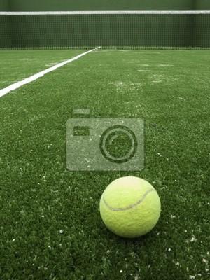 Balle de tennis sur herbe synthétique de tennis.
