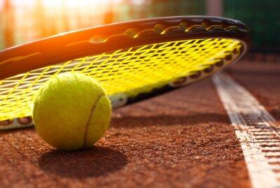 Posters balle de tennis sur un court de tennis