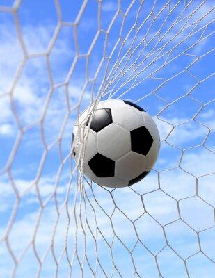 Posters ballon de football dans le filet sur le ciel bleu