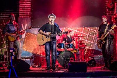 Posters Band se produit sur scène