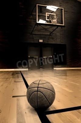 Posters Basket-ball sur le court avec cerceau en arrière-plan