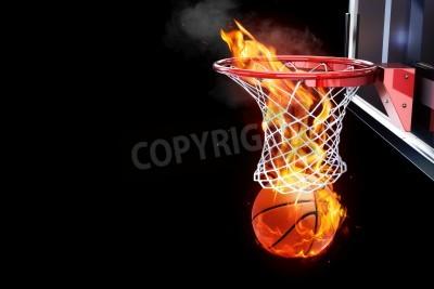 Posters Basket Flaming passer par une chambre de filet de la cour pour le texte ou une copie espace sur un fond noir