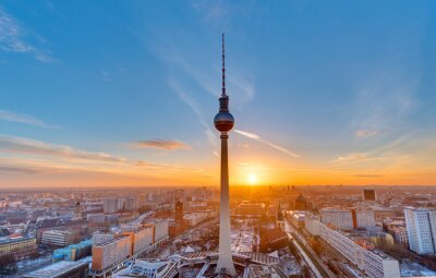 Posters Beau coucher de soleil avec la Tour de télévision à Alexanderplatz à Berlin
