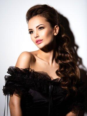 Posters Beau visage d'une jeune fille sexy en robe noire