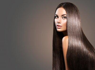 Posters Beaux cheveux longs. Femme de beauté aux cheveux noirs droits sur fond sombre