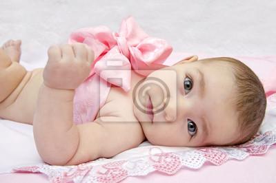 931b700f40d7 Bébé avec un archet sur fond rose affiches murales • posters ...