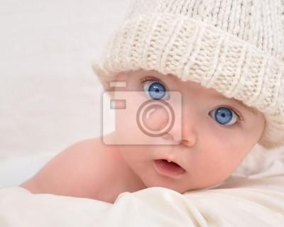 8afd9d9178ae Bébé mignon regardant avec le chapeau blanc affiches murales ...