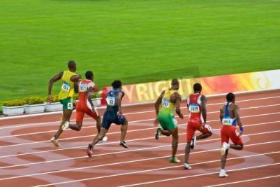 Posters Beijing, Chine - 18 Août 2008: champion olympique Usain Bolt repérages la meute avant de fixer un nouveau record du monde