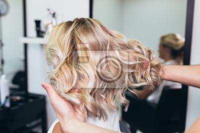 Posters Belle coiffure de jeune femme après avoir agité les cheveux et fait des reflets dans le salon de coiffure.